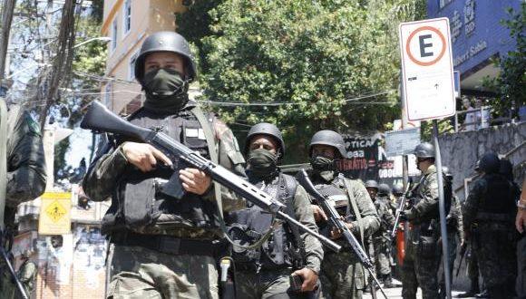 リオ市南部の巨大スラム、ロッシーニャに展開するブラジル軍(Tânia Rêgo/Agência Brasil)