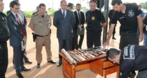 押収された武器などを前に行われた会見の様子(Jota Eurípedes/DGAP-GO)