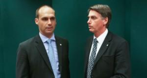ボウソナロ氏(右)と息子のエドゥアルド氏(Fabio Rodrigues Pozzebom/Agencia Brasil)
