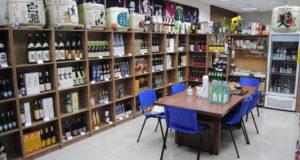 店内には70種類の日本酒が並ぶ