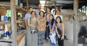 請関さん(前列左から2番目)とツアー参加者ら