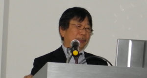 講演中の秋山国際医療センター部長