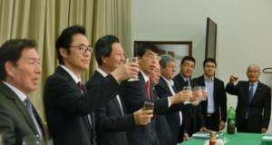 祝杯を挙げた関係者