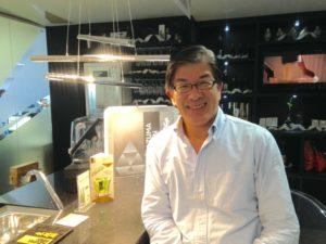 AZUMA KIRIN社、尾崎社長。オフィスにはバーカウンターが設置されていて、ここで酒カクテルを試作する