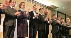 会場からの熱烈な歓迎に笑顔で応えるドリア市長