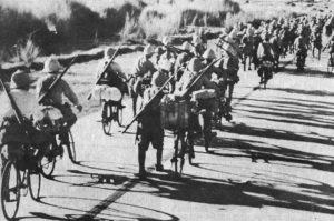 フィリピンの戦いにおける日本軍の銀輪部隊(By Japanese military personnel, via Wikimedia Commons)