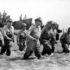 「アイシャルリターン(必ず戻ってくる)」の言葉通り、フィリピンに戻ってきたマッカーサー元帥(1944年10月20日、By U.S. Army Signal Corps officer Gaetano Faillace [1] [Public domain], via Wikimedia Commons)