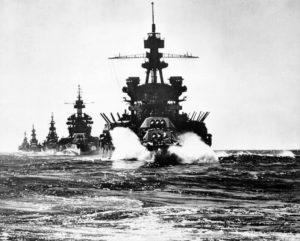 フィリピンのルソン島リンガエン湾に進入する戦艦ペンシルベニア以下の米第7艦隊(By U.S. Navy photo 80-G-59525 [Public domain], via Wikimedia Commons)