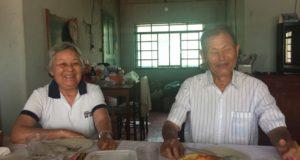 当時の記憶を語る半沢さん(右)と妻桂子さん