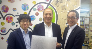 左から来社した高岡専務取締役、加藤取締役、土屋取締役社長