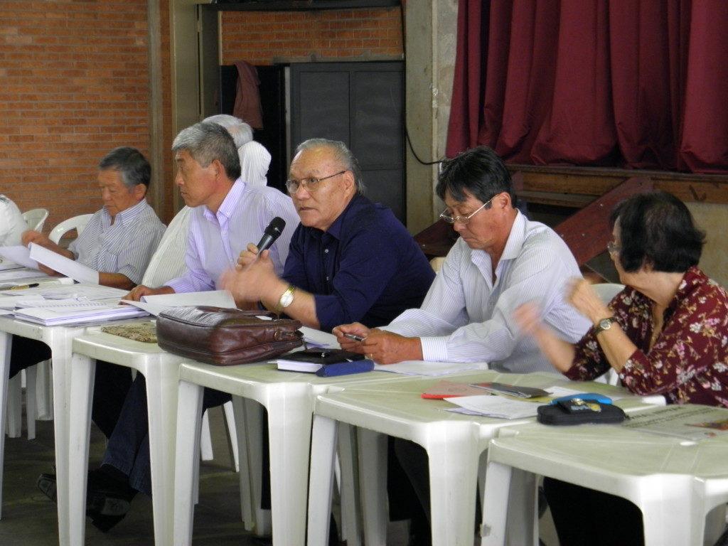 続投が決定した山村会長(右から3人目)