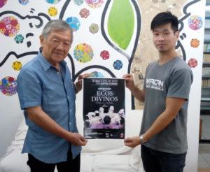 (左から)案内のため来社した小川彰男さんと青山さん