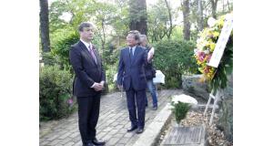 慰霊碑を訪問した堀井外務大臣政務官