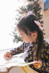 勉強する子ども[ ぱくたそ(www.pakutaso.com)モデル あんじゅ]