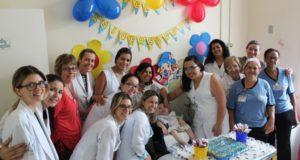 病室での誕生パーティーに集まった人々(Santa Casa/Divulgação)