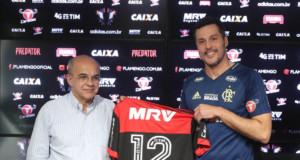フラメンゴに13年ぶりの復帰の会見を行った、ジュリオ・セーザル(右)(Gilvan de Souza/Flamengo)