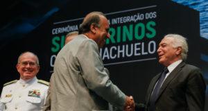 テメル大統領(右)とぺゾン・リオ州知事(中央Beto Barata/PR)
