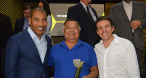 左からシウヴァFPF副会長、タカエスさん、ジュニオールさん(Foto: Lucí Judece)