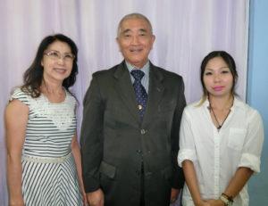 (左から)荒木さん、斎藤会長、上原さん