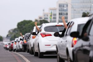 昨年10月にアプリ寄りの決定が出た時に首都ブラジリアで抗議行動を行った、タクシードライバーたち(Marcelo Camargo/Agência Brasil)