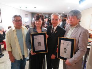 左から高木社長、顕彰プレートを手に持つ井上祐見、菊地義治110周年実行委員長、中嶋マネージャー