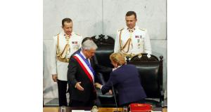 就任式でのバチェレ前大統領(右前)と、ピネラ新大統領(左前)(Beto Barata/PR)