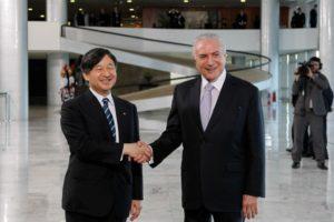 テメル大統領と握手される皇太子殿下(Alan Santos/Agencia Brasil)