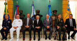 2月に軍事防衛会議に出席した際のテメル大統領(中央)(Marcos Corrêa/PR)