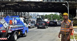 交通整理に励むCET職員(Rovena Rosa/Agência Brasil)