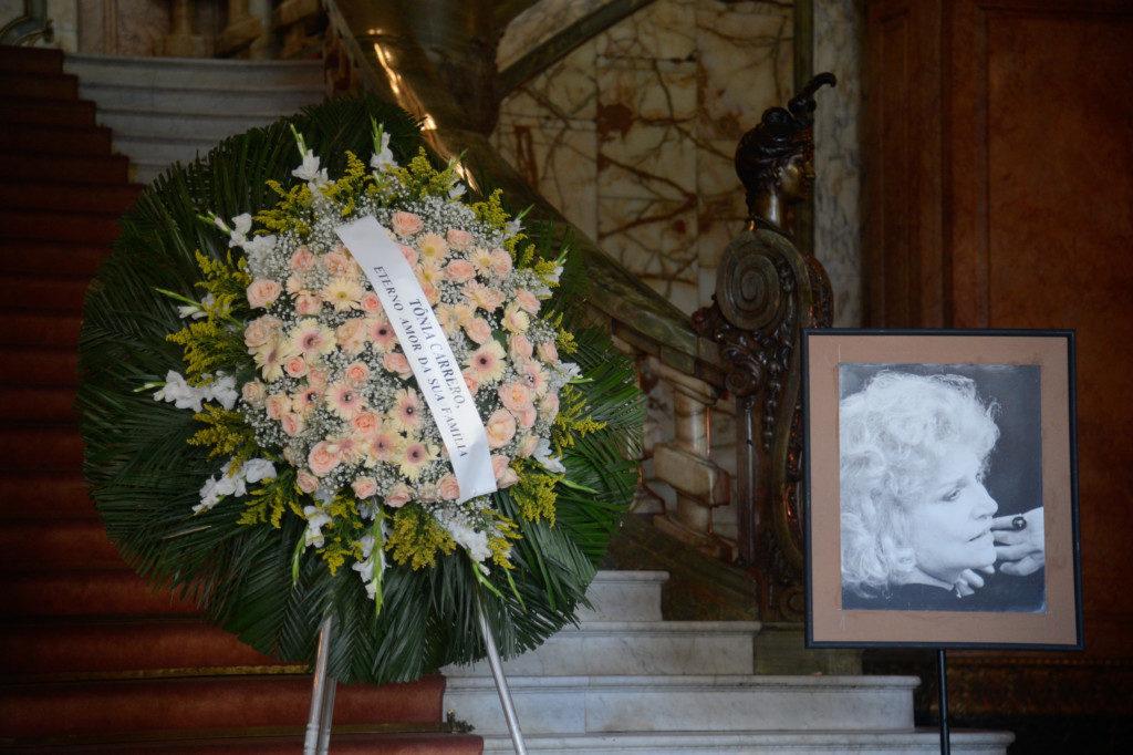 リオ市立劇場で行われたトニア・カレロの葬式の様子(Tânia Rêgo/Agência Brasil)
