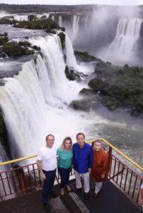 観光名所のひとつ、イグアスの滝(五輪年には国連事務総長も訪れた、Itaipu Binacional)