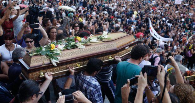 15日、マリエーレ氏の棺を運ぶ人たち(Fernando Frazão/Agencia Brasil)