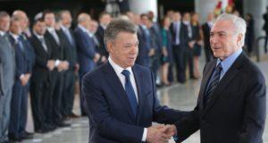 ブラジリアに到着したサントス大統領を迎えるテメル大統領(右、Antônio Cruz/Agência Brasil)
