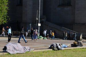 サンパウロ市セントロ地区のセー広場の路上生活者たち(参考画像・Rovena Rosa/Agência Brasil)