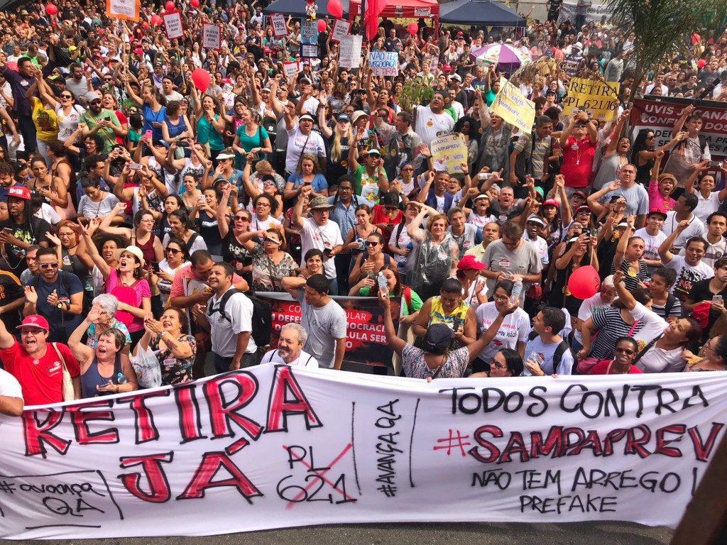 市議会前の道路を占拠した、社会保障制度改革に反対する集団(© Roberto Parizotti)