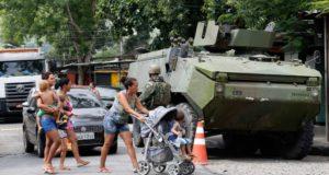 リオ市内のファベーラの街頭に立つ陸軍兵士たち (Taia Reo/Agencia Brasil)