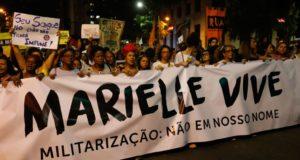マリエーレさん追悼集会に参加する人たち(Fernando Frazão/Agência Brasil)