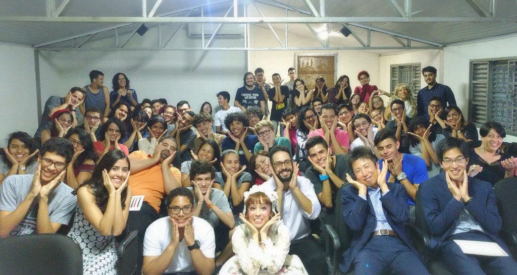 CILセイランジア校で講演後、参加者全員かわいいポーズで記念撮影【日本国大使館提供写真】