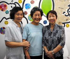 (左から)来社した串間さん、児玉さん、鈴木さん