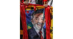 クリチーバで抗議運動をする人が掲げるルーラ氏の肖像(Ricardo Stuckert)