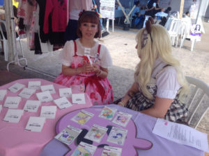 ニッケイ祭りのブースで「もったいない」カードゲームを行う松田明美さん