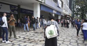 揺れを感じ、建物から退去した人々(ブラジリア、José Cruz/Agencia Brasil)