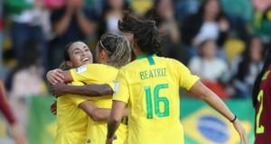 ベネズエラ代表戦で得点し喜ぶ、ブラジル女子代表のエース、マルタ(左)(CBF/Direitos reservados)