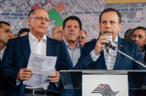 左からアウキミンサンパウロ州知事、ドリア市長(Foto: Leon Rodrigues/SECOM)