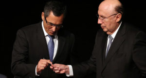 メイレレス氏(右)から、財相の座を引き継ぐエドゥアルド・グアルジア新財相(左)(José Cruz/Agencia Brasil)