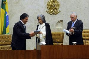 (左から)オリヴェイラ上院議長とカルメン長官、テメル大統領(Foto: Jane de Araújo/Agência Senado)