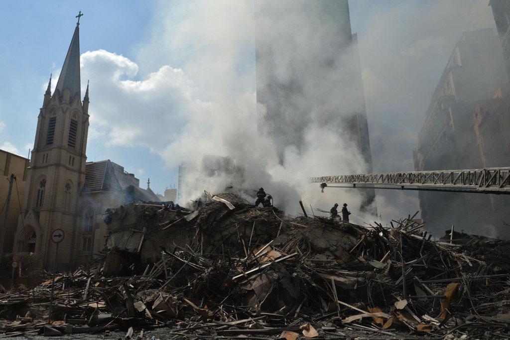 焼け落ちたビルの残骸と、焼け残った教会の塔(Rovena Rosa/Agencia Brasil)