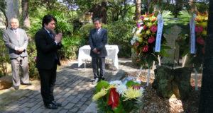 慰霊碑を訪れた山本副大臣