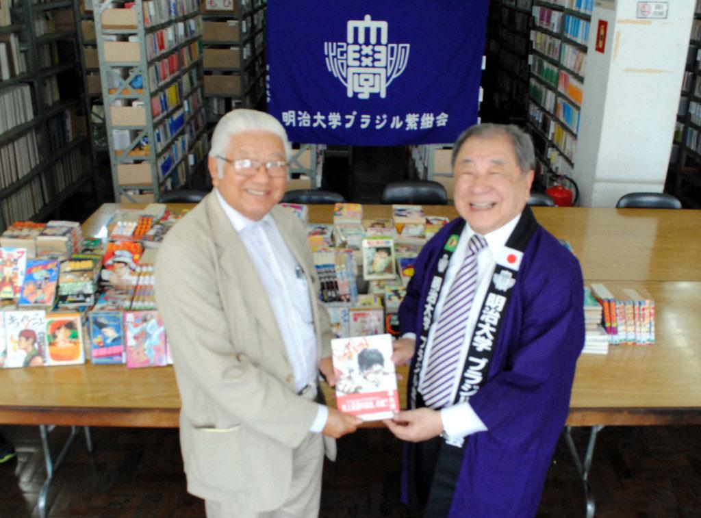 (右から)二宮学長特任補佐と寄贈を受ける文協の松尾治副会長
