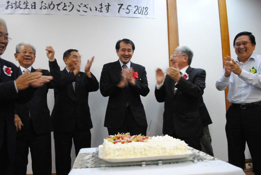 出席者から祝福を受ける野口総領事(中央)